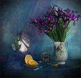 Под маслянистым лимонным рассветомНежится платьев сиреневых цвет.Ирис позирует ранним поэтам,Склонив полусонно свой силуэт.
