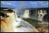 *  *  *Самый знаменитый водопад Глотка Дьявола имеет форму U-образной воронки высотой в 82 метра и шириной в 150 м.Расположен прямо на границе между Аргентиной и Бразилией, хорошо виден с двух сторон и щедро дарит двойную радугу ...*  *  *Водопады Игуасу, вид с бразильской стороны