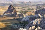 """Каппадокия - в переводе """"страна прекрасных лошадей"""". Характеризуется интересным ландшафтом вулканического происхождения, подземными городами, созданными в 1 тыс. до н. э. и обширными пещерными монастырями, ведущими свою историю со времён ранних христиан."""