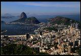*  *  *По пути с горы Корковадо, на вершине которой установлена знаменитая статуя Христа, можно посетить смотровую плошадку Миранте Дона Марта. Оттуда, с высоты 362 м открываются захватывающие виды на город и залив Гуанабара.*  *  *Рио де Жанейро, вид на гору Сахарная голова и город с Mirante Dona Marta