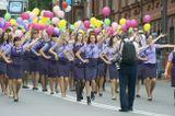 В День Города праздничное шествие горожан ! На снимке представительницы Российских авиалиний ,вытанцовывают )))