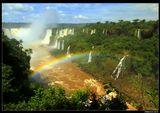 """*  *  *Первым европейцем, вышедшим к водопадам Игуасу, был испанский конкистадор Кабеса де Вака, родовое имя которого переводится как """"Коровья голова"""". В 1541 г. в поисках легендарных сокровищ Эльдорадо он двигался сквозь джунгли вдоль реки Парана.В честь него назван один из водопадов комплекса на аргентинской стороне, но общее название водопадов Игуасу означает """"Большая вода"""".*  *  *Водопады Игуасу, Бразилия"""