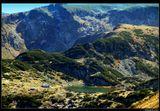 * * *Маршрут Семь Рильских озер, которые в Болгарии называют 7 чудес света, начинается с 23 минут на кресельном подъемнике длиной 2163 м. А дальше поход по крутой дороге вверх, пока из-за скалистого холма не покажется изумрудная гладь озера ...* * *Болгария, массив Рила, озеро Бъбрека на высоте 2282 м. Oктябрь 2014