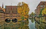 Нюрнберг.Старинный (бывший) Госпиталь Святого Духа, основанный в 1332 году как приют для стариков и нищих. Сейчас здесь дом престарелых. Жители города называют его «очками», потому что арки, отражаясь в воде, напоминают очки.