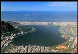 *  *  *   Завораживающее сочетание океана, гор, лесов и пляжей неизменно приводит этот город к первым местам во всех списках самых красивых городов мира и полностью оправдывает неофициальное название его - Чудесный город.    *  *  *  Рио де Жанейро, вид с горы Корковадо