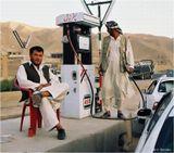 Автозаправка на пути из Мазари-Шарифа в Кабул. На небо не серчайте - оно в Афгане всегда такое. Скан с негатива.