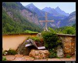 Вершин покоряя просторы,В веках ты обрел благодать.Затем и придуманы горы,Чтоб кто-то их мог покорять.---------------------------------Могила альпиниста находится у стен храма св. Винсента, в Хейлигенблуте, Австрия на высоте 1301 м с видом на гряду Гросглокнера. Canon EOS 350D.