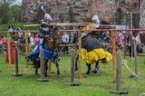 Джостинг- состязание конных рыцарей в доспехах в копейных сшибках и других упражнениях.