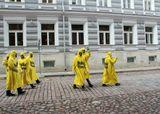 Вежливые желтые человечки на улицах Таллинна