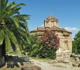 Церковь Святых Апостолов, построенная в X веке, является одним из самых старых христианских храмов в Афинах. Расположена в Древней Агоре на руинах римского святилища времен II века. Это первая церковь Византийского периода в Афинах.