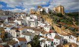 Уникальной особенностью города Сетениль-де-лас-Бодегас является то, что в отличие от других «белых городков» Испании, его домики не мостятся на склонах окрестных скал, а располагаются под их козырьками.В городе многие дома, даже не имеющие особой исторической ценности и не связанные с какими-то историческими событиями, представляют немалый интерес. Все дело в их конструкции, в которой верхнюю часть домов заменяют многотонные карнизы скал. Эта картина завораживает и потрясает. Кажется, что эти гигантские козырьки вот-вот сорвутся и раздавят находящиеся под ними домики в лепешку. Однак