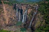 Водопад Герсоппа (Джог)Водопад располагается на реке Шаравати, в горах Западные Гхаты. Герсоппа включена в топ-20 высочайших водопадов мира, так как высота его составляет 253 метра. Водопад интересен тем, что он состоит из четырех потоков (и поэтому, кстати, его ширина составляет 472 метра, что делает его одним из самых длинных водопадов на свете). Каждый водный поток имеет свое название: Раджа падает с обрыва не торопясь, плавно;