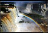 * * *  Водопады Игуасу на границе Аргентины с Бразилией образовались в результате вулканического извержения, оставившего грандиозную расщелину в земле. Каскад из 275 потоков с невообразимой мощью и красотой низвергается с 80-метровой высоты. На переднем плане - самый известный из водопадов Игуасу - Глотка Дьявола, состоящий из 14 потоков такой силы, что вокруг постоянно создается 30-метровое облако из брызг ...  * * *Бразилия, штат Парана
