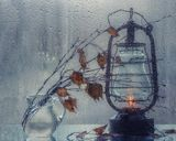 фото на стекле через мокрое стеклофото натюрморт, фонарь, кувшин, ветки березы