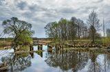 весна река отражение облака