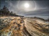 Солнечное гало над берегом весеннего Байкала. Апрель месяц