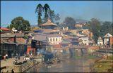 Над уцелевшими после страшного землятрясения пагодами и домами Катманду плывут черные дымы. Здесь в местечке Пашупатинатх на берегах священной реки Багмати горят погребальные костры, а речные волны несут пепел  и траурные венки в великий Ганг. Печальное место.