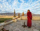 Утренняя молитва в буддийском монастыре. Тибет. Ладакх.