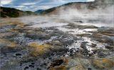 Здесь все клокочет, булькает, шипит.  Всепроникающий запах сероводорода плывет над землей. Это кухня близлежащего вулкана.