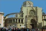 Сперва на этом месте был римский храм, затем на его руинах разместилась  вестготская  базилика святого Викентия. В 785 году на месте базилики началось строительство мечети. Прошло пять веков и внутри мечети воздвигли кафедральный собор святой Марии. Поистине- святое место! Недаром теперь мечеть-собор является главной достопримечательностью не только Кордовы, но и всей Андалусии.