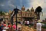 Монте Карло. Казино с одноименным названием - любимое место сильных мира сего. Перед входом были замечены 2 Роллс-Ройса с московскими номерами и 1 Майбах из Питера...Благодаря доходам от казино, жители Монако освобождены от налогов.