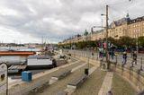 """""""Набережная Strandvagen (Страндвеген) считается самой престижной улицей Стокгольма.С конца XIX – начала XX века набережная привлекала внимание очень богатых людей. Здесь построены шикарные дома, принадлежавшие известным промышленникам, торговцам, предпринимателям. Со временем, эти оригинальные, элегантные здания, в стиле неоклассицизма, заселили политики и бизнесмены."""""""