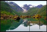 * * *Одна из живописных троп по густому лесу в центральной части провинции Хордаланн внезапно открывает впечатляющий вид на горное озеро, лежащее в долине ледника. Высота ледника, талыми водами которого питается озеро, 1100 м от вершины до нижней точки.* * *Озеро Бондхус, Юго-Западная Норвегия, Национальный парк Фолгефонна
