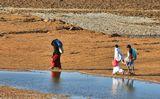 Возвращение группы местных жителей с пляжного рынка в Шарм-эль-Шейхе с нереализованным товаром и несбывшимися надеждами.