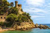 Lloret de mar - Castell d'en Plaja (Замок на пляже).Проект 1935 года архитектора Исидора Bosch.Это здание, расположенное на конце пляжа Са Калета, на самом деле дом-замок, построенный промышленником Жироны Нарсисом Плаха.