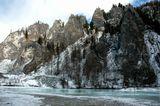 Известняковые скалы по левобержью Бирюсы. Возраст этих отложнний - полмиллиарда лет.