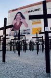 Берлин. Кресты - памятники людям, пытавшимся покинуть Восточную часть города. Плакат - подлинная реклама. Никакой постановки;)