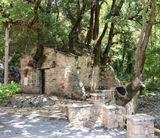 Храм Святой Феодоры один из знаменитых в Греции и на Пелопоннесе. На крыше растут 17 деревьев, по другойверсии 27 и не имеют корней (я если честно не посчитала сколько их, но корней действительно нет). Из под церкви бьёт подземный родник. Ученые не могут объяснить этот феномен. Храм находится под защитой ЮНЕСКО. От себя могу добавить, что такой благодати не чувствовала даже в знаменитых Метеорах.
