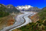 * * *Когда попадаешь на смотровую площадку Мосфлух, гигантский Алечский ледник оказывается так близко, что кажется можно его коснуться. Являясь самым большим в Альпах, при длине в 23 км ледник насчитывает 27 миллиардов тонн льда.Если бы эта масса льда растаяла, можно было бы обеспечить каждого жителя земли литром воды ежедневно в течение 4.5 лет !* * *Вид на Алечский ледник с вершины  Мосфлух, 2233 м, кантон Вале, Швейцария