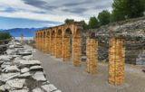 «Грот Катулла» Археологический парк считается одним из крупнейших из сохранившихся свидетельств времен Древнего Рима на территории Северной Италии. Здание было построено между 30 г. до н.э. и 68 г. н.э. на дальней оконечности полуострова Сирмионе. Археологический парк, окружающий развалины, занимает около двух гектаров. План виллы представляет собой прямоугольник 167 м длиной и 105 м шириной с двумя выступающими элементами на короткой стороне и с открытым внутренним двором в центре.