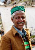 Житель деревни Читкуль в индийских Гималаях в традиционной зеленой шапочке.Портрет