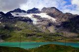 * * * Вид на озеро Бьянко и ледник Камбрена в массиве Бернина. Здесь проходит Большой европейский водораздел, разделяющий бассейны Чёрного и Адриатического морей. Озеро Bianco (Белое) принадлежит к бассейну Адриатического моря, а озеро Nair (Черное) в 100 м севернее - к бассейну Черного. * * * Швейцария, Перевал Бернина, 2328 м