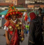 Марокканского продавца воды называют герраб.До появления в городах централизованного водоснабжения водоносы играли важную роль.И сегодня геррабы пользуются уважением и авторитетом. Из поколения в поколение передаются хитрости ремесла и традиционный костюм, который стоит несколько тысяч дирхамов (сотни долларов).Яркая шляпа с широкими полями красно-зеленого цвета защищает от солнца.Колокольчик в руках или прикрепленный к ремню костюма предупреждает о приближении водоноса. Обычно герраб сопровождает его звон ритмичными напевами.