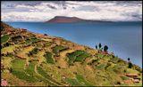 Советую смотреть эту картинку вместе с http://www.lensart.ru/picture-pid-5cf2.htm. Там Титикака практически чёрно/белая, здесь яркая и цветная... Но такая же холодная, как всегда. Напоминаю, высота 3050м над уровнем моря. На острове, с которого сделана картинка, нет - Электричества, Собак, Полиции :))