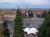 Народная площадь-спланирована Доменико Фонтана в 1580г. В центре высится обелиск в 23,9м, датируемый 14 в. до н.э. Предполагают-это самый первый обелиск, привезённый в Римиз Египта во времена Августа. на площадиустановлен в 1589г.