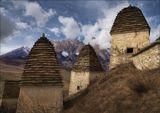 Город мертвых Даргавс – крупнейший на Северном Кавказе склеповый могильник, представляющий собой комплекс из более чем 90 фамильных усыпальниц. В IX – XVII веках их сооружали полуподземными, а в XIV – XVI веках – надземными, в два-четыре этажа. Умерших хоронили здесь в полном одеянии, вместе с мелкими бытовыми принадлежностями.