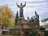Стоит напротив собора Св. Иоанна Латеранского