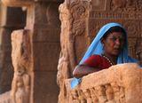Индия.Штат Карнатака.Айхоле. В древнем городе насчитывается более 100 храмов (6-11 века).Храмы разбросаны по всей местности современного Айхоле между скальными нагромождениями и окрестными полями, порой соседствуя с домами местных жителей, быт которых, к слову, почти не изменился за сотни лет.Имена некоторых храмов забылись и они называются по имени жителей, которые в них когда то жили.Сейчас в храмах никто не живет.