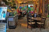 Париж.  Кафе в Латинском квартале.