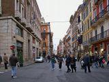 Улица соединяет площадь Венеции и Народную площадь Рима.