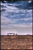 """Таких полей в Перу немало, поэтому истинный адрес ничего не изменит. Инки хоронили своих усопших сидя, мумифицируя их, обычно со всякими предметами, ценными и не очень. Могилы грабили всегда, да и Матушка-Земля пытается выдавить из себя косточки. И так возникает такое """"могильное поле"""" - куда ни посмотри, всюду кости, навес - это разведанное и законсервированное захоронение, а сверху - Небо, которому всё равно..."""