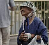 Пекин. Жанровый портрет.Она стояла на площади Тяньаньмэнь. Нещадное солнце закоптило её кожу, а нужда казалось, пригибает её к земле все ниже и ниже. Женщина с надеждой заглядывала в глаза прохожим, а они все проходили и проходили мимо.