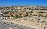 """На ПП самое дорогое кладбище в Иерусалиме. """"Вожделенное место, где мечтают упокоиться настоящие иудеи.Евреи разных стран копили деньги, чтобы на старости лет """"подняться"""" в Иерусалим и умереть здесь""""(Б.Акунин). А всё потому, что по преданию, именно с этого места начнётся Страшный суд.И те, кто похоронены здесь, первыми воскреснут, чтобы встретить Мессию."""