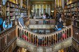 Этот старейший книжный магазин Португалии неизменно входит в Топ-3 самых красивых книжных магазинов мира, а такой статус о многом говорит. Добавил ему популярности и тот факт, что в его интерьерах снимали некоторые сцены из «Гарри Поттера», ведь сказочные декорации этого магазина как нельзя лучше подходили для антуража фильма.