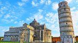 Соборная площадь, на которой возвышается падающая башня, называется Площадью чудес – Пьяцца- деи-Мираколи. Здесь возвышается Пизанский собор, крещальня Баттистеро и крытое кладбище Кампосанто: эти архитектурные сооружения прославляют три важнейших этапа человеческой жизни: рождение, жизнь и смерть. Все постройки на Площади чудес выдержаны в одном стиле, который называют «пизанским романским».