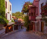 Самый греческий из турецких городов – город Каш. Каш – это город домиков, гуськом сбегающих к морю по каменистым уступам, вымощенных булыжником улочек, деревянных резных балконов, цветущих бугенвиллий , бесчисленных белоснежных яхт и, конечно же, кошек.